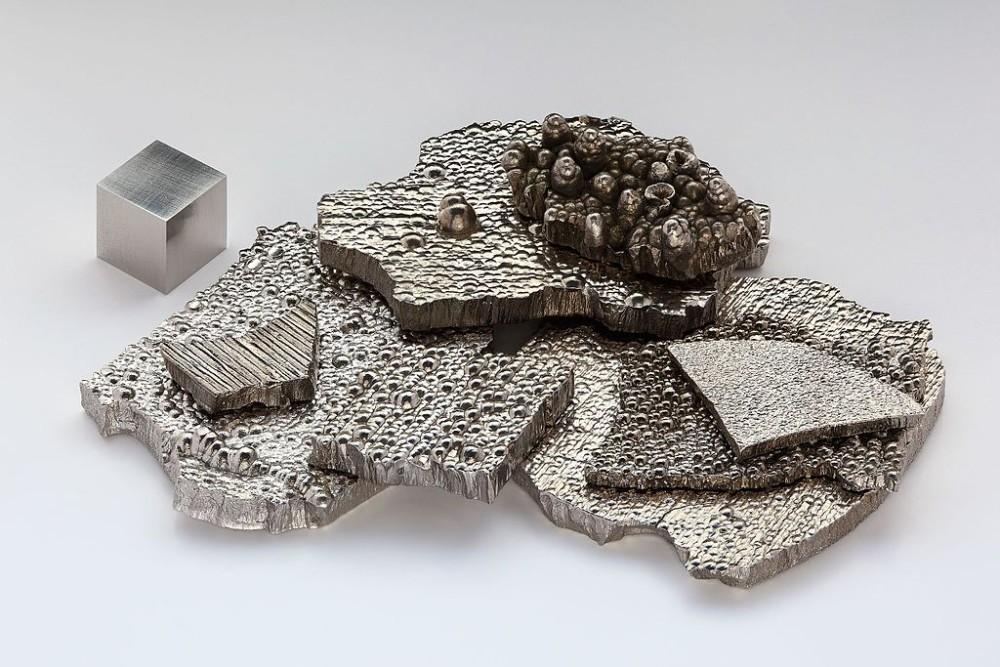 Czyste (99,9 %) kawałki kobaltu rafinowanego elektrolitycznie oraz sześcian (1 cm3) wykonany z kobaltu o czystości (99,8 % = 2N8.)