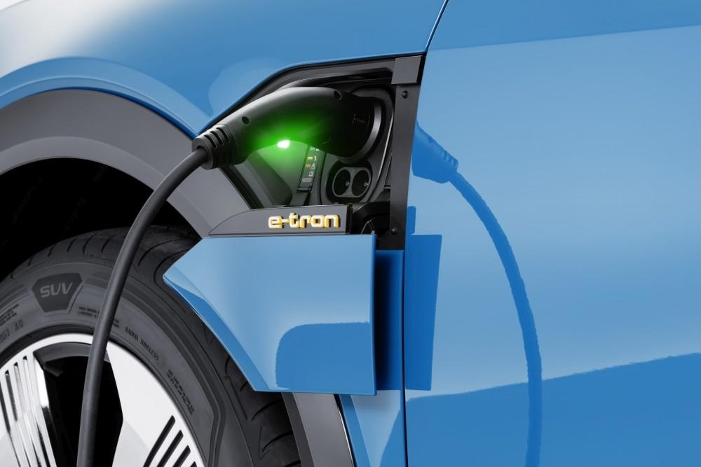 Samochód elektryczny Audi e-tron - ładowanie