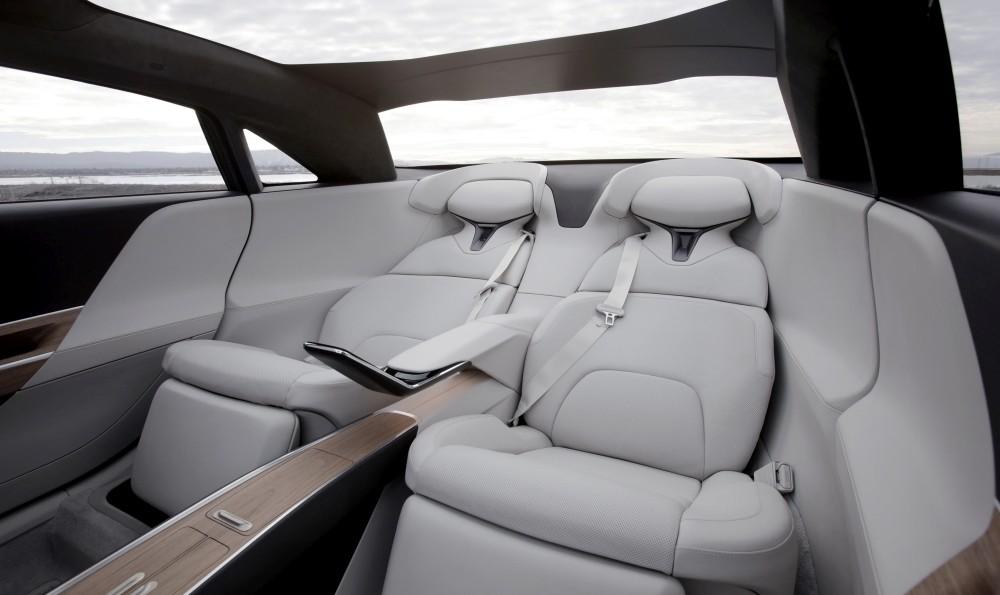 Samochód elektryczny Lucid Air - środek tył