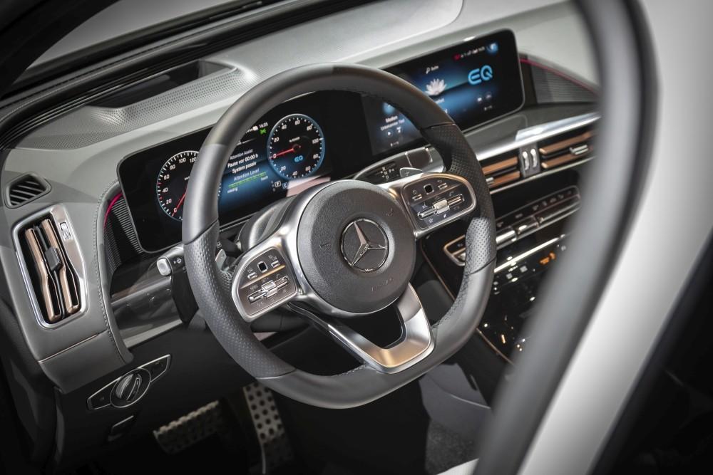 Elektryczny Mercedes EQC 400 - wnętrze